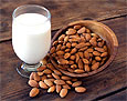 Врачи рассказали об опасности миндального молока для детей